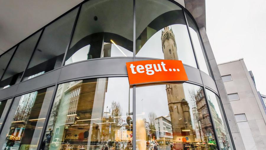 tegut... Logo auf Glasfenster des tegut... Markts Frankfurt Eschenheimer Turm