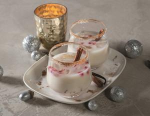 Weihnachtscocktail mit Zimt und Rum