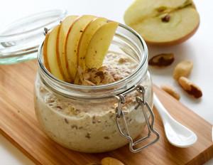 Overnight Oats mit Leinsamen, Paranüssen und Apfel