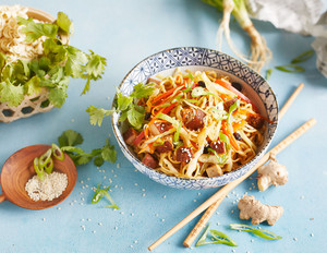 Asiatischer Nudelsalat mit Nuss-Tofu