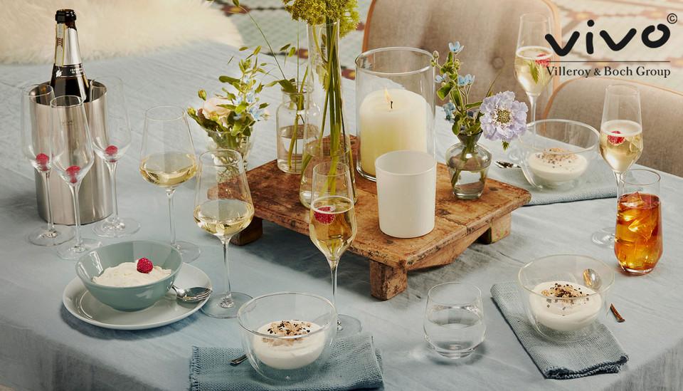 gedeckter Tisch mit Gläsern und Schälchen