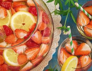 Waldmeister-Bowle mit Erdbeeren und Zitrone