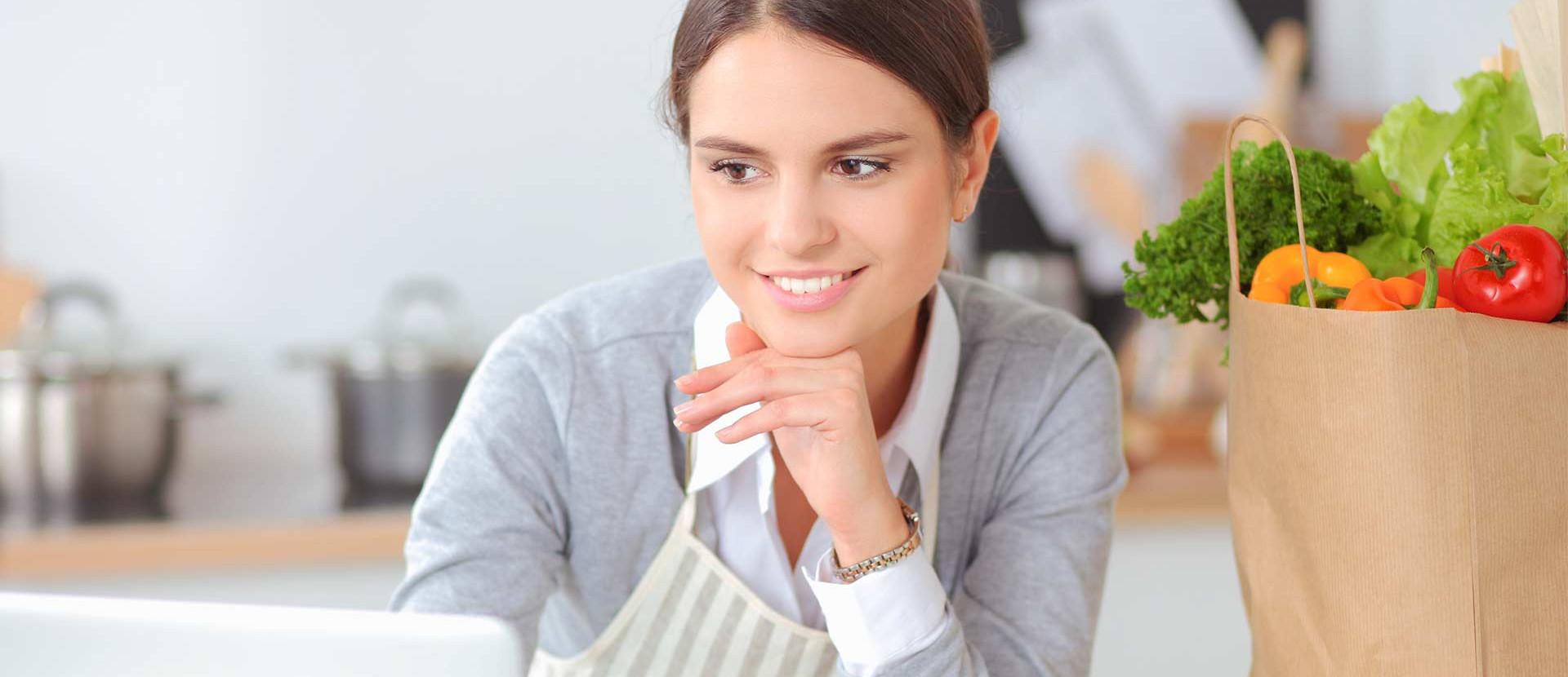 Frau am Laptop in der Küche