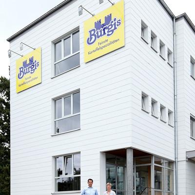 Geschäftsführung vor Firmengebäude von Burgis