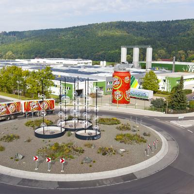 Außenansicht Waldquell Fabrik mit Kreisel