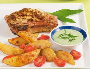 Bärlauchcreme zu Kartoffelspalten und Kräuterkoteletts