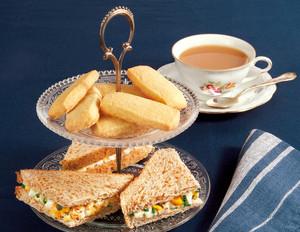 Five o'Clock Tea mit Shortbread und Eier-Sandwiches