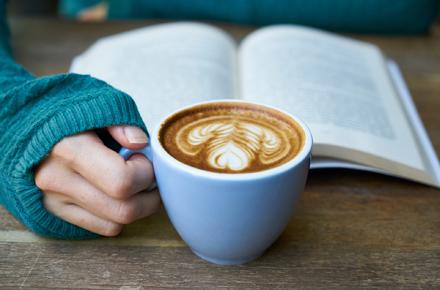 Buch und Kaffee