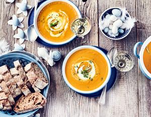 Möhren-Curry-Suppe mit Crème fraîche und Kresse