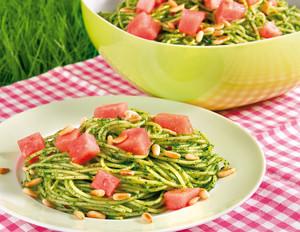 Pesto-Spaghettisalat mit Wassermelone