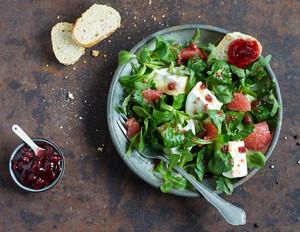 Wintersalat mit Camembert & Preiselbeer-Dressing