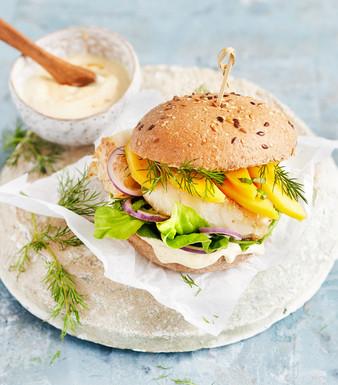 Fisch-Burger mit Currysauce und Mango