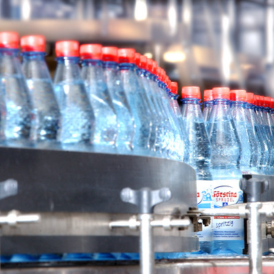 Flaschen auf Fließband
