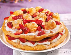 Flockentorte mit Erdbeeren und Limonen-Joghurtsahne