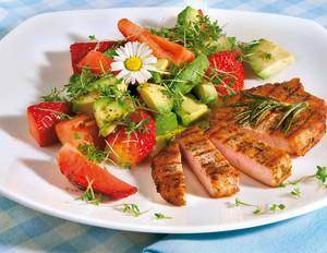 Avocado-Erdbeersalat mit Kräutersteaks