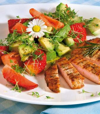Avocado Erdbeersalat mit Kräutersteaks