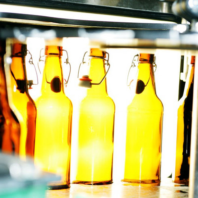 Bierflaschen in einer Anlage