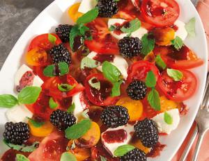 Tomatensalat mit Mozzarella und Brombeer-Dressing