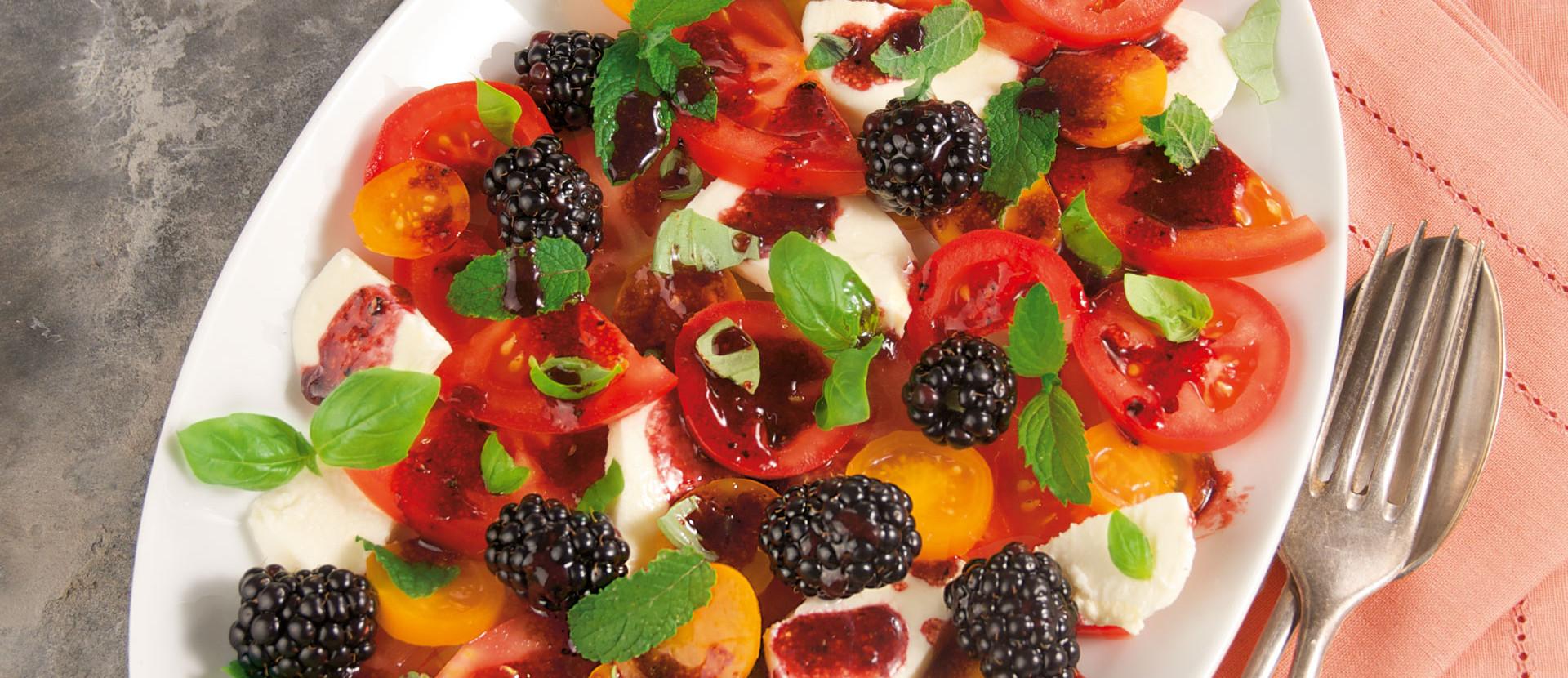 Tomatensalat Mozzarella Brombeerdressing