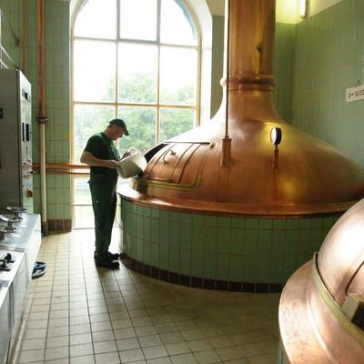 ein Mitarbeiter der Hochstift Brauerei befüllt eine Sudpfanne
