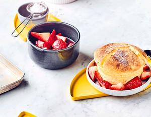 Quark-Souffles mit marinierten Erdbeeren