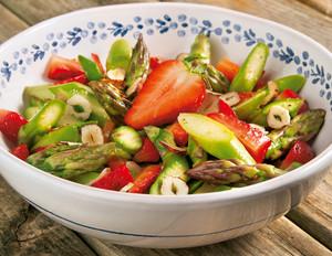 Spargelsalat mit Erdbeer-Nuss-Vinaigrette