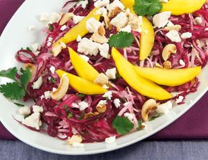 Bunter Krautsalat mit Feta, Mango und Nüssen