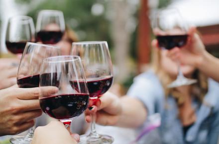 Glas Rotwein am Abend