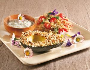 Avocados mit Cashew-Kruste zu Quinoa-Salat