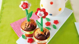Muffins mit Kirschen in Blumentöpfen