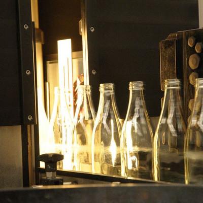 leere Flaschen auf Förderband der Abfüllanlage einer Brauerei