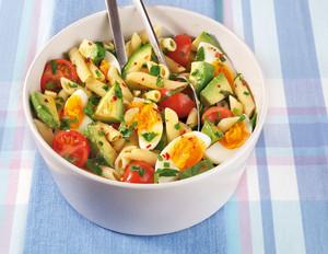 Avocado-Nudelsalat mit Frühlingskräutern und Ei