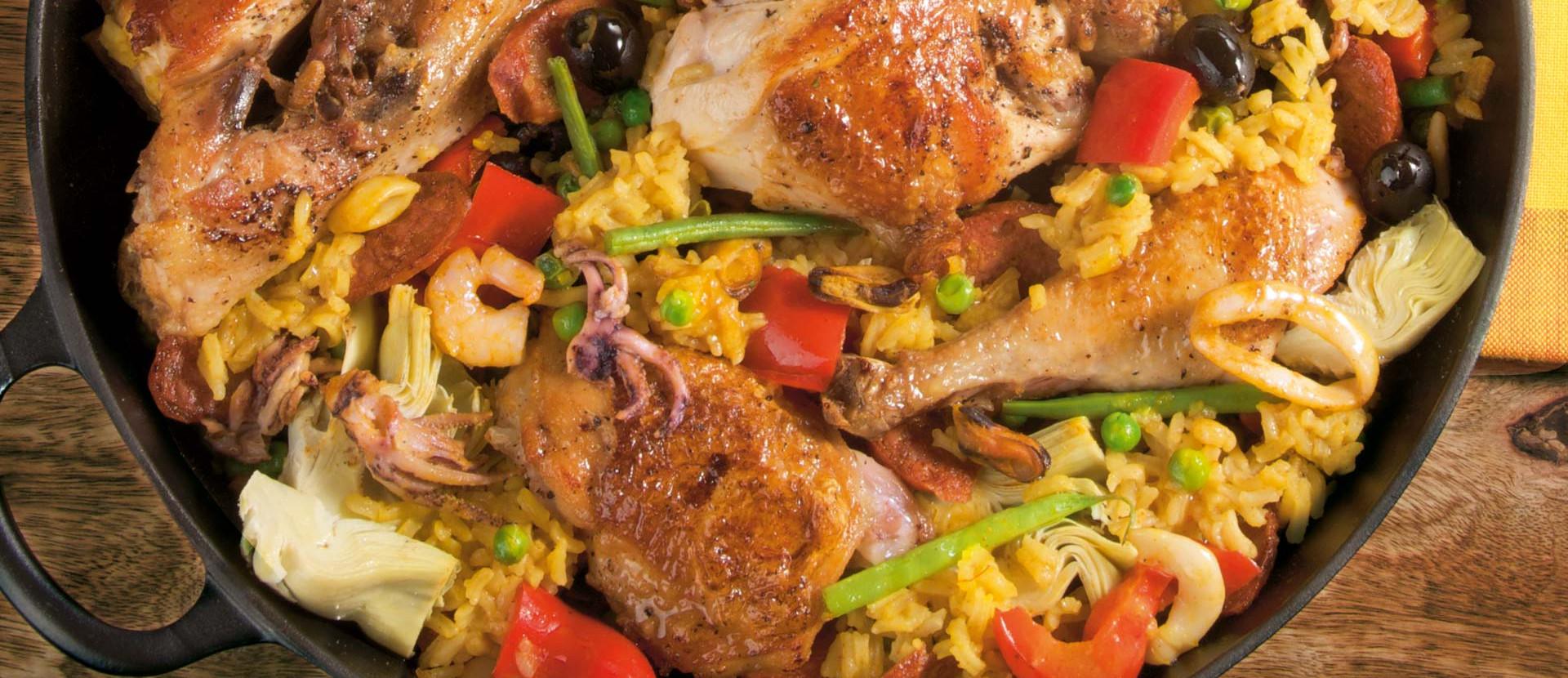 Paella mixta mit Paprika und gruenen Bohnen