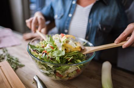 Mischen von Salat