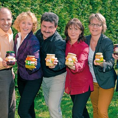 Mitarbeiter Schweizer Sauerkonserven mit Gläsern in den Händen