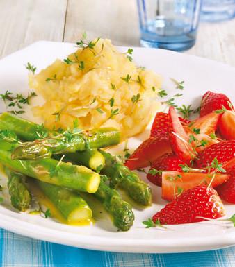 Spargel mit Erdbeeren zu Parmesanpüree