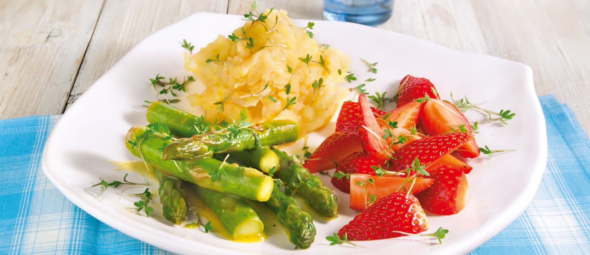 Gebratener Spargel mit Erdbeeren zu Parmesanpueree
