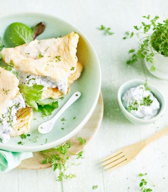 Omelettes in Schüssel mit Salatblättern dekoriert