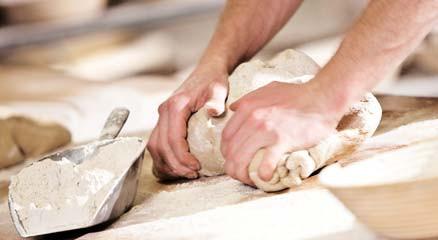 Bäcker knetet Teig