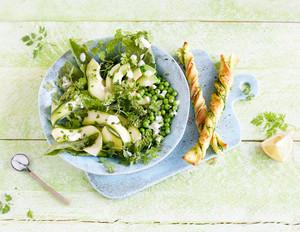 Grüne-Sauce-Salat mit Mandel-Dressing und Kräuterzwirbel