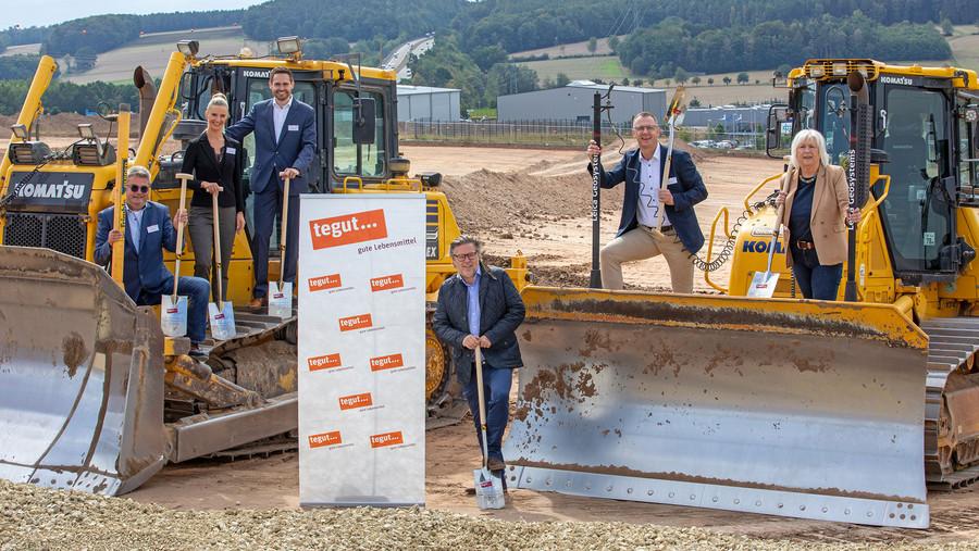 tegut Mitarbeiter, Vertreter der Stadt Hünfeld und Vertreter der Baufirmen beim Spatenstich des neuen Logistikzentrum in Hünfeld