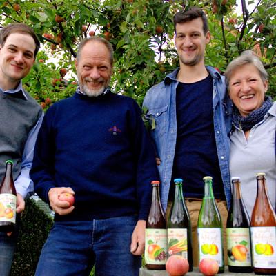 Vier Mitglieder der Familie Ott und ihr Produkt