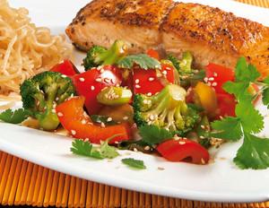 Sesam-Gemüse zu Lachsfilet