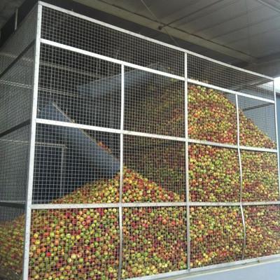 Apfelannahme in einem Käfig