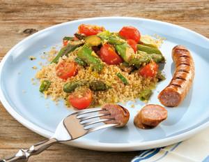 Couscous-Salat mit Spargel und Grillwürstchen