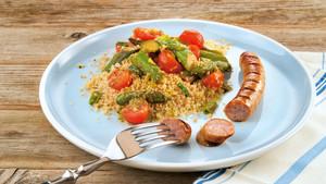 Couscoussalat mit Spargel und Grillwuerstchen
