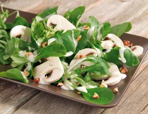 Feldsalat mit Champignons und gerösteten Haselnüssen