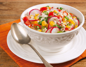 Lauchzwiebel-Salat mit Reis und Radieschen