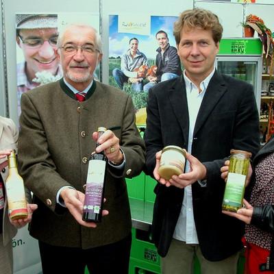 zwei Frauen und zwei Männer halten Produkte in den Händen