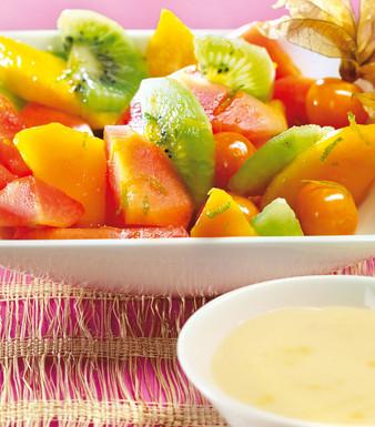 Exotischer Fruchtsalat mit weisser Schokosauce